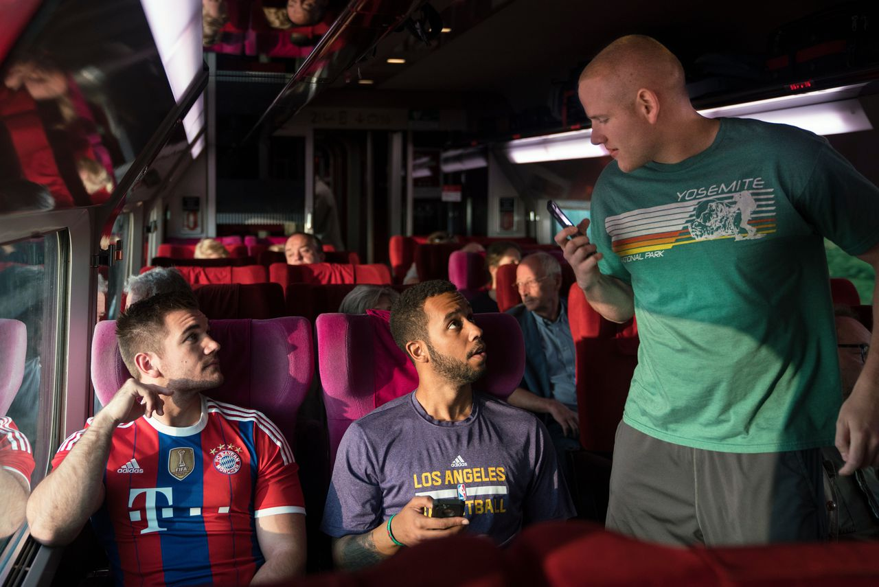 Alek Skarlatos, Anthony Sadler en Spencer Stone spelen zichzelf in 'The 15:17 to Paris'.