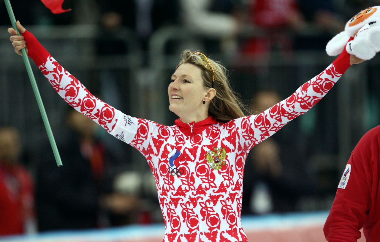 De 34-jarige Russische Svetlana Zjoerova viert haar overwinning op de 500 meter. Foto AFP Svetlana Zhurova of Russia celebrates with her national flag after winning the women's 500m speedskating gold medal at the Winter Olympics 14 February 2006, at the Oval Lingotto, Turin. Zhurova won the competition with a combined two-run time of 1 minute, 16.57 seconds while China's Wang Manli took the silver medal and her compatriot Ren Hui captured the bronze medal. AFP PHOTO/TORSTEN SILZ