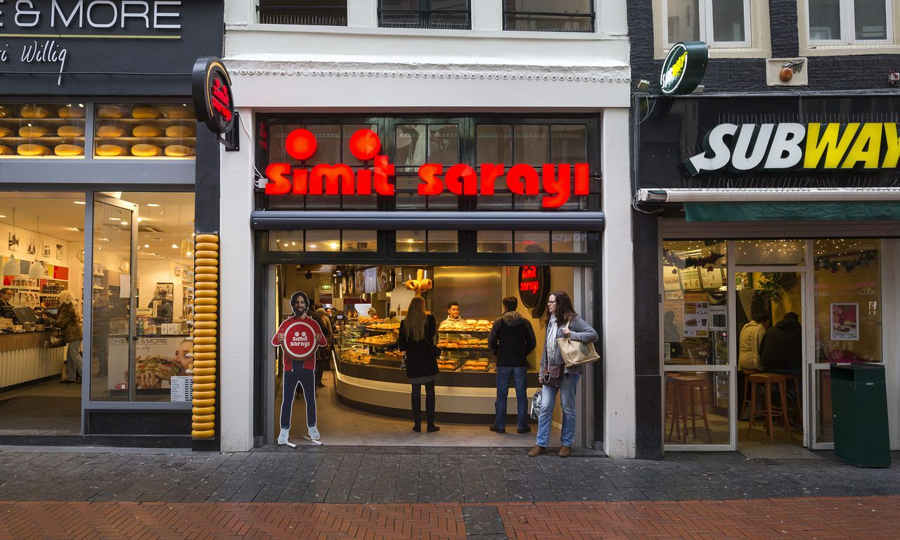 Nederland, Amsterdam, 18-12-2014. Simit Sarayi turkse lunch/food keten, nu ook in Nederland. Foto: Olivier Middendorp