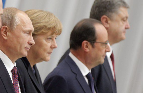 De Russische president Poetin, de Duitse bondskanselier Merkel, de Franse president Hollande en de Oekraïense president Porosjenko.