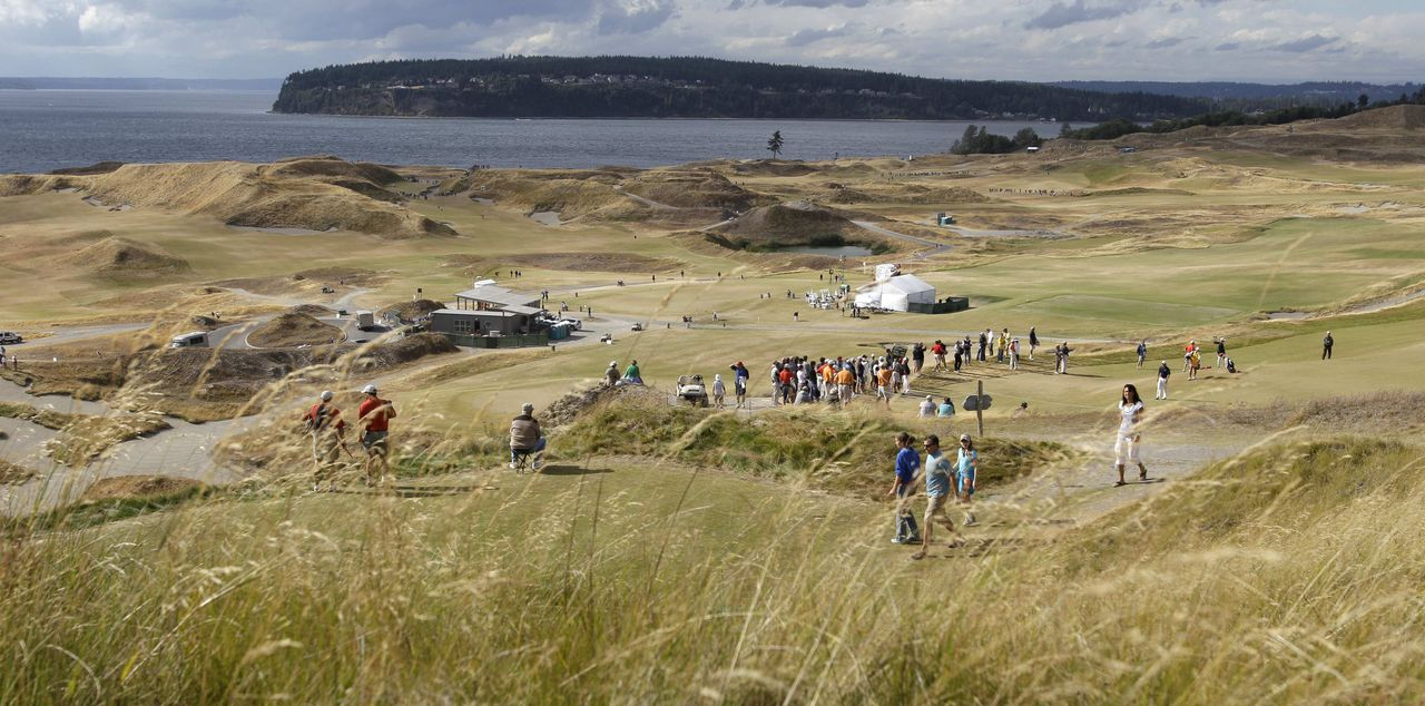 De Chambers Bay-golfbaan tijdens de derde ronde van de Amerikaanse Amateur Open Golftoernooi, 26 augustus 2010, Washington, VS. Foto AP The Chambers Bay golf course is shown during the third round of the U.S. Amateur Open golf tournament, Thursday, Aug. 26, 2010, in University Place, Wash. The course is scheduled to host the U.S. Open in 2015. (AP Photo/Ted S. Warren)