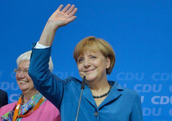 Bondskanselier Angela Merkel zwaait naar aanhangers van haar CDU nadat de eerste exitpolls bekend zijn gemaakt.
