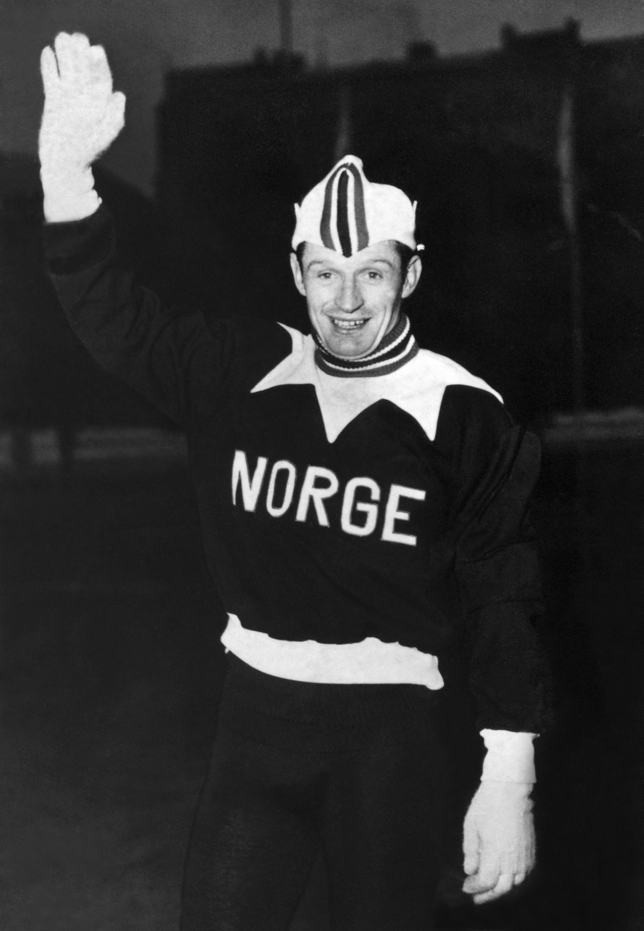 (FILES) Picture taken on February 19, 1952 shows Norwegian speed skater Hjalmar Andersen as he waves to photographers during the Winter Olympic Games in Oslo. Andersen, who won three gold medals at the 1952 Oslo Winter Olympics, has died at the age of 90, local media reported on March 27, 2013. AFP PHOTO