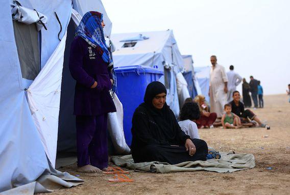 Iraakse vluchtelingen uit de stad Mosul zitten in een opvangkamp, 350 kilometer ten noorden van Bagdad.