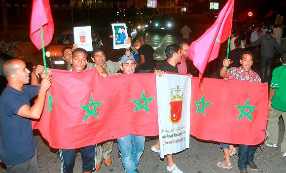 Caption: Moroccans celebrate on the streets with flags and pictures of the monarch after King Mohammed VI announced proposals for constitutional amendments in Casablanca June 17, 2011. Picture taken June 17, 2011. REUTERS/Stringer (MOROCCO - Tags: POLITICS CIVIL UNREST)