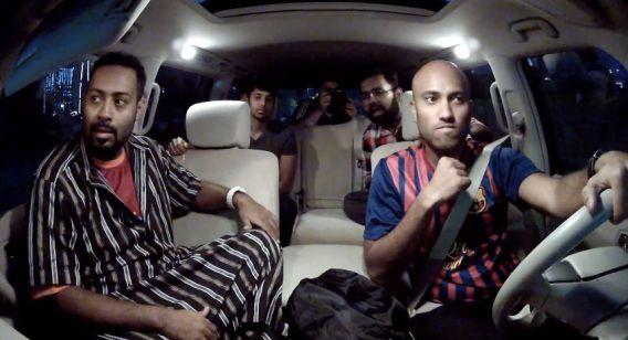 Cassim (links) in de auto terwijl ze door Dubai rijden.