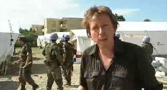 VRT-verslaggever Robin Ramaekers net voor het erin gemonteerde pistoolschot.