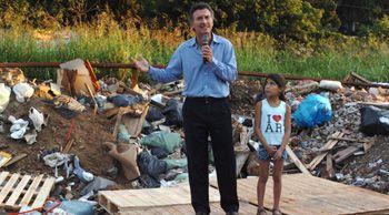 """Hysterische demagogie. """"Voor een correspondent uit het land van (gaap) Jan Peter Balkenende en André Rouvoet blijft het wennen om de hysterische demagogie te zien waarmee hun Latijns-Amerikaanse collega's zieltjes winnen"""", schrijft Marcel Haenen op zijn weblog Tango. """"In het huidige tijdsgewricht zijn het in deze regio vooral de linkse populisten die de kiezers het beste voor de gek weten te houden. Maar rechts kan er ook wat van. Op onderstaande foto van Fabián Marelli staat de president van de meest succesvolle voetbalclub in Latijns-Amerika (Boca Juniors), de rijke zakenman Mauricio Macri. Op een vuilnisbelt, geflankeerd door de achtjarige sloppenwijkbewoonster Milena, maakte hij bekend zich kandidaat te stellen voor de verkiezingen voor het burgemeesterschap van Buenos Aires."""" www.nrc.nl/tango"""