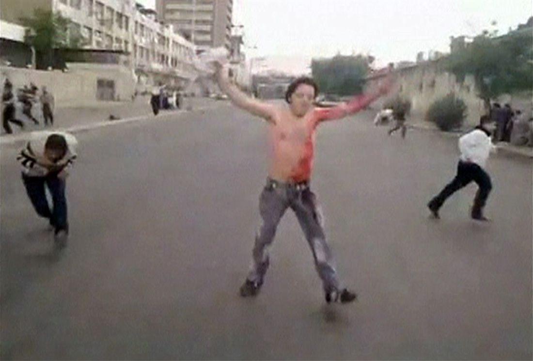 Buitenlandse fotografen worden door Syrië geweerd. De beelden van de opstand komen vooral binnen via internet en via de Syrische staatstelevisie. Foto Reuters REUTERS IS UNABLE TO INDEPENDENTLY VERIFY THE CONTENT OF THIS VIDEO, WHICH HAS BEEN OBTAINED FROM A SOCIAL MEDIA WEBSITE. Protesters run for cover after shots were fired during a protest in Damascus in this still image taken from an amateur video footage uploaded to social networking websites on April 23, 2011. Thousands of Syrians called for the overthrow of President Bashar al-Assad on Sunday at a funeral for protesters killed by security forces in the southern town of Nawa, a witness said. REUTERS/Social Media Website via REUTERS TV (SYRIA - Tags: POLITICS CIVIL UNREST) FOR EDITORIAL USE ONLY. NOT FOR SALE FOR MARKETING OR ADVERTISING CAMPAIGNS