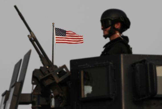 Een zwaar bewapende soldaat bij de Amerikaanse ambassade in Manama, Bahrein.