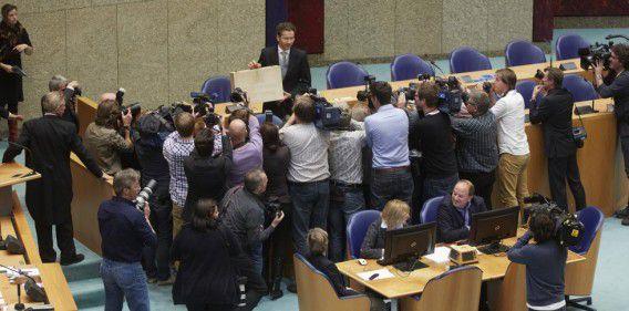 Dijsselbloem presenteerde gisteren het koffertje met daarin de Miljoenennota aan de Tweede Kamer.