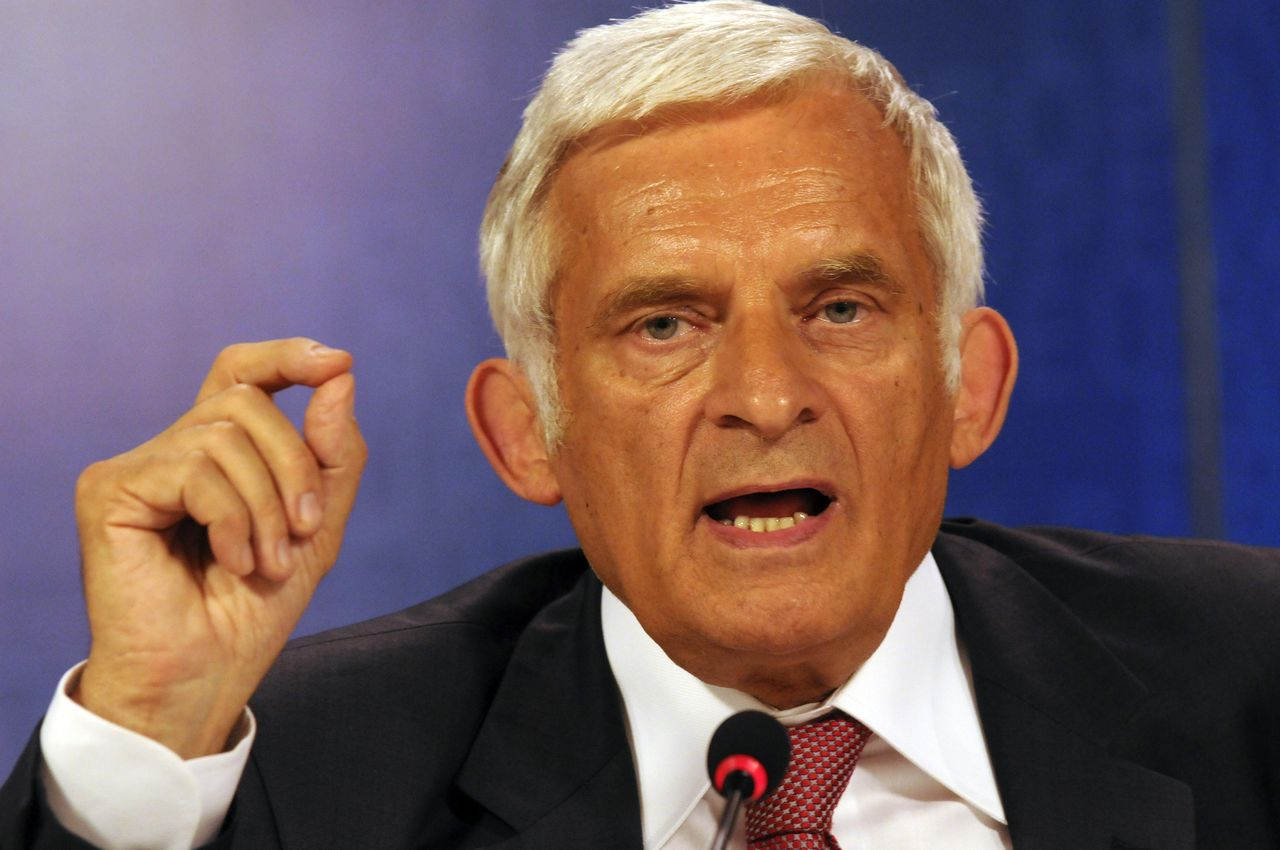 Jerzy Buzek (Foto AP) EPP (European Peoples' Party) candidate for the European Parliament Presidency Jerzy Buzek from Poland talks to the media following his election at the European Parliament in Brussels, Tuesday July 7, 2009. (AP Photo/Thierry Charlier)