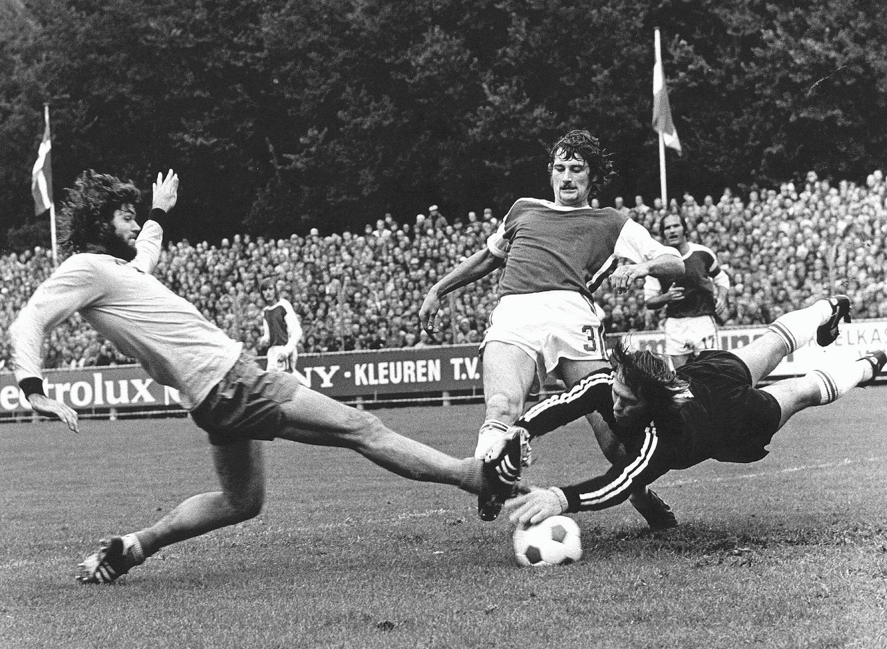 Barry Hulshoff (links) in duel met AZ-keeper Gerrit Vooys in de wedstrijd AZ-Ajax in september 1973 (1-1).