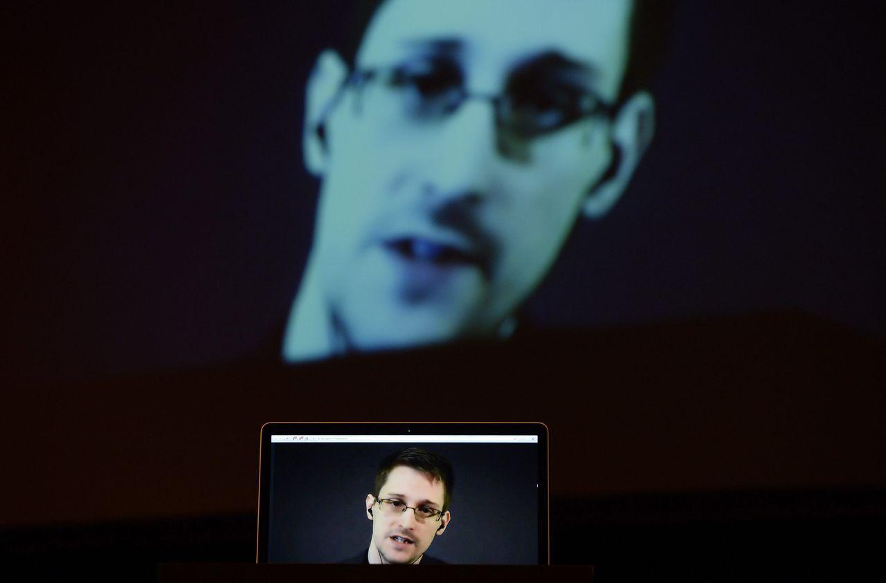 """Edward Snowden vorige maand per computer 'aanwezig' bij de Peace Prize-uitreiking in Stuttgart waar hij in de prijzen viel voor zijn """"bijzondere bijdrage"""" aan de vrede."""