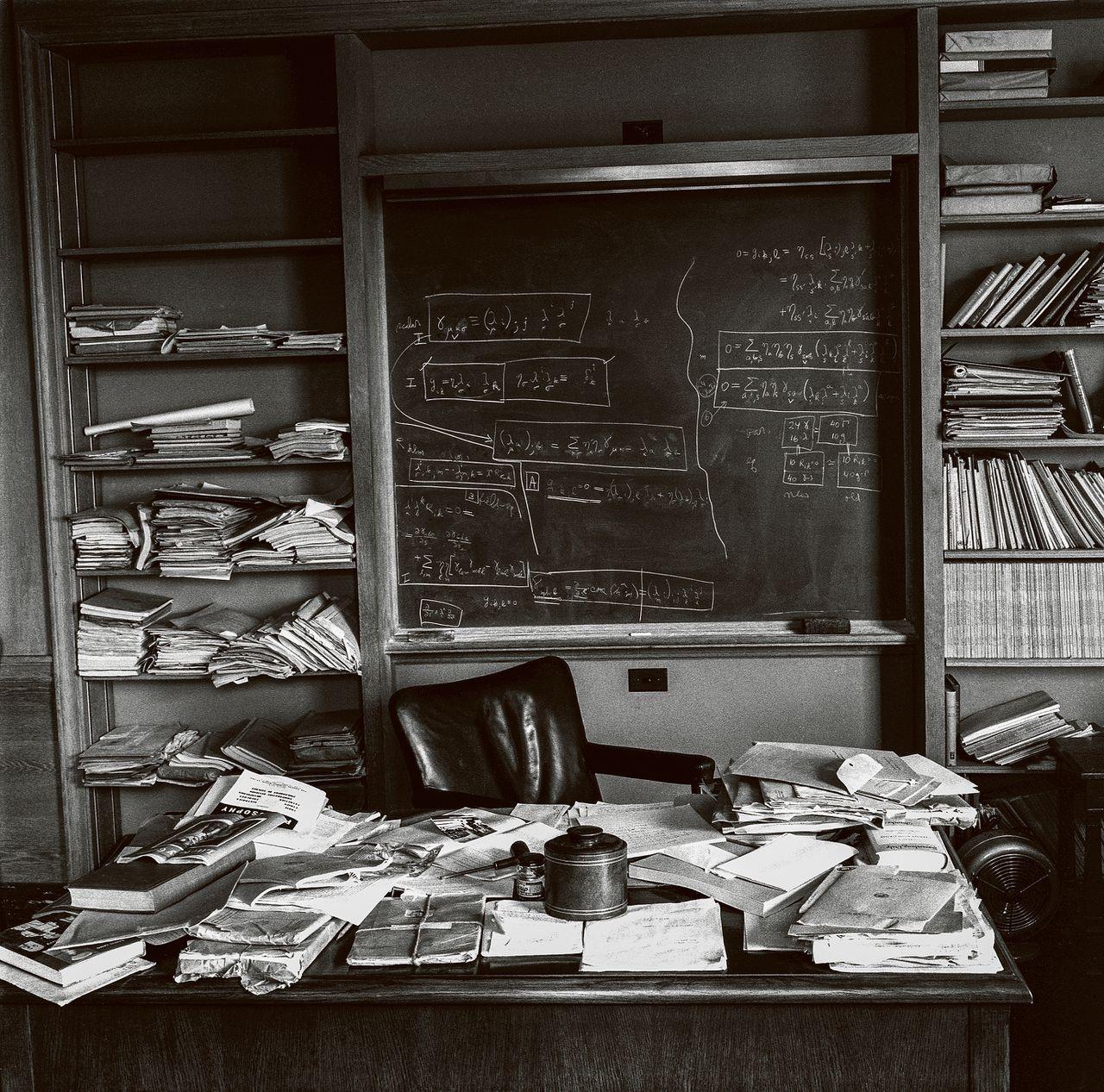 """""""Als een rommelig bureau staat voor een rommelige geest, waar staat een leeg bureau dan voor?"""" zei Nobelprijswinnaar Albert Einstein ooit. Dit is zijn bureau in Princeton, in 1955."""
