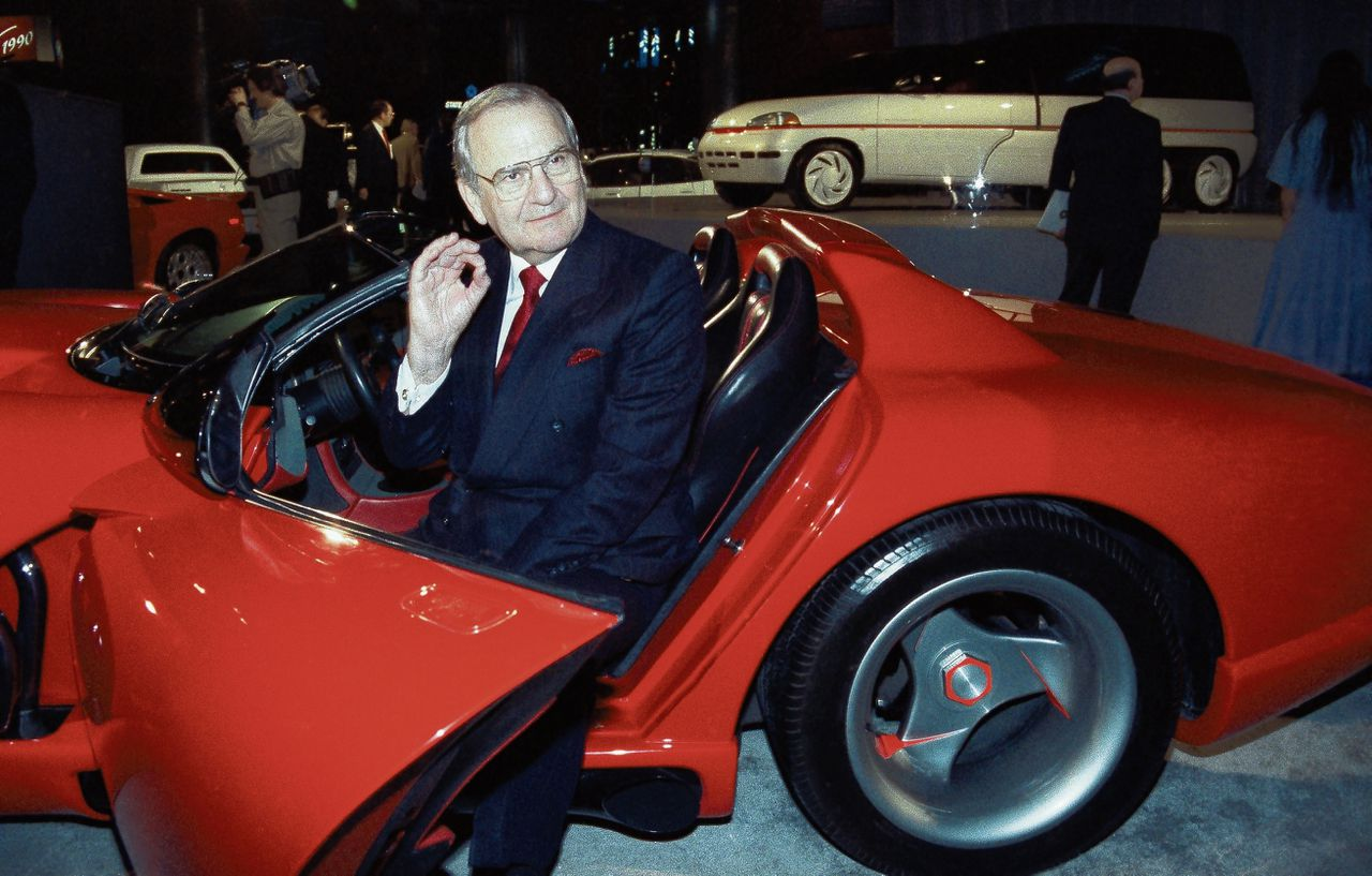 Lee Iacocca als topman van Chrysler in een Dodge Viper in 1990.