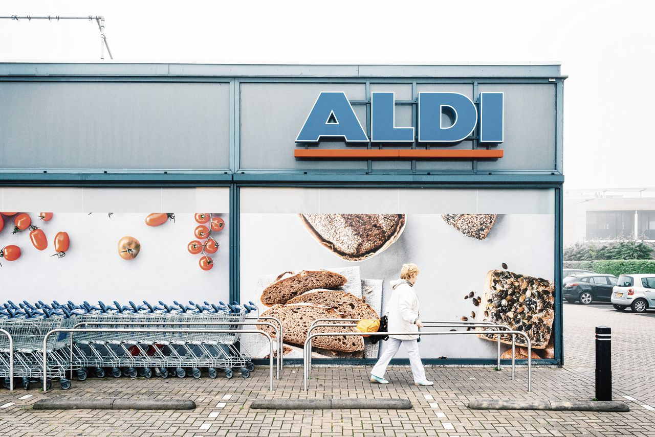 De aangepaste vestiging van de Aldi-supermarkt in Uithoorn. Meer dan de helft van de filialen Aldi is intussen aangepast.