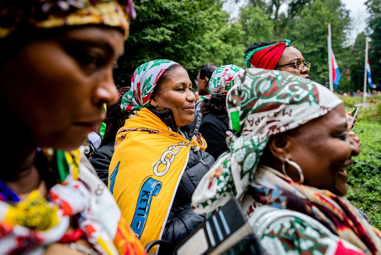 Bezoekers bij het Nationaal Monument Slavernijverleden in het Oosterpark in Amsterdam in 2017 tijdens de nationale herdenking van de afschaffing van de slavernij.