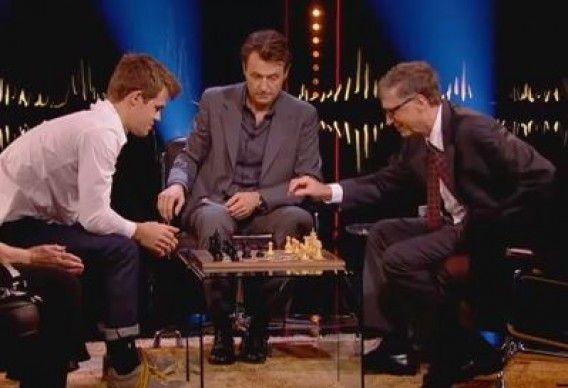 Carlsen (links) en Gates (rechts) in actie.