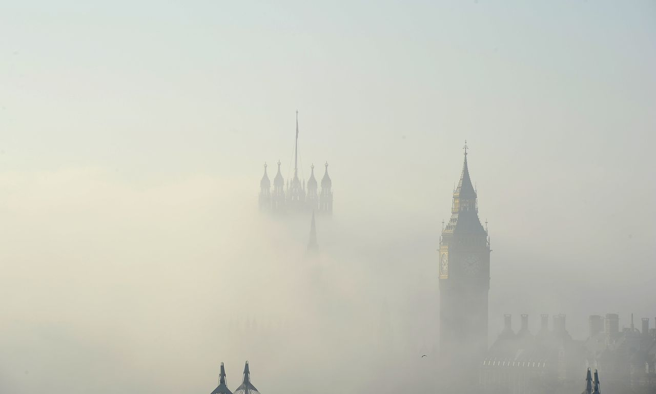 Mist almost covers the Houses of Parliament in central London November 20, 2011. REUTERS/Paul Hackett (BRITAIN - Tags: ENVIRONMENT)