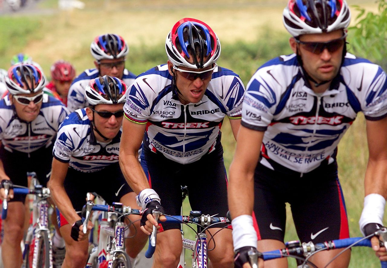 Cédric Vasseur (voorop) tijdens de Tour de France van 2000. Achter hem toenmalig ploeggenoot Lance Armstrong, met 'oortjes'. (Foto AFP) The 1999 Tour de France winner American Lance Armstrong (C) rides with his teammates, with among them Frenchman Cedric Vasseur (R), ahead of the pack to chase the breakaway riders during the 8th stage of the 87th Tour de France between Limoges and Villeneuve-sur-Lot, southern France, 08 July 2000. Dutch Erik Dekker won the stage. Italian Alberto Elli retains the yellow jersey. AFP PHOTO PATRICK KOVARIK