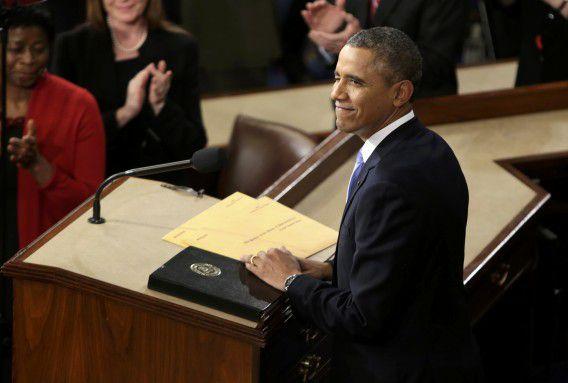 Obama knipoogt even naar zijn vrouw Michelle voor hij begint aan zijn toespraak.