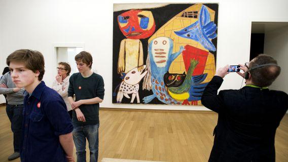 Bezoekers in het Stedelijk Museum, één van de drie musea aan het Amsterdamse Museumplein die sinds de heropeningen massaal bezocht worden. Dat massale bezoek leidt nu tot geldnood voor de Museumkaart.