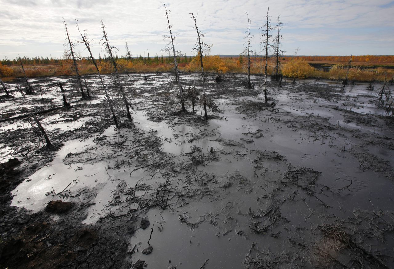 Ernstige olievervuiling bij de stad Oesink, de afgelopen decennia veroorzaakt door gebroken pijpleidingen. Foto AP In this Saturday, Sept. 10, 2011 photo an oil spill seen near the town of Usinsk, 1500 km (930 miles) northeast of Moscow, Russia. Komi is one of Russia's largest and oldest oil provinces but ruptures in aging pipelines and leaks from decommissioned oil wells make oil spills in the region routine. (AP Photo/Dmitry Lovetsky)