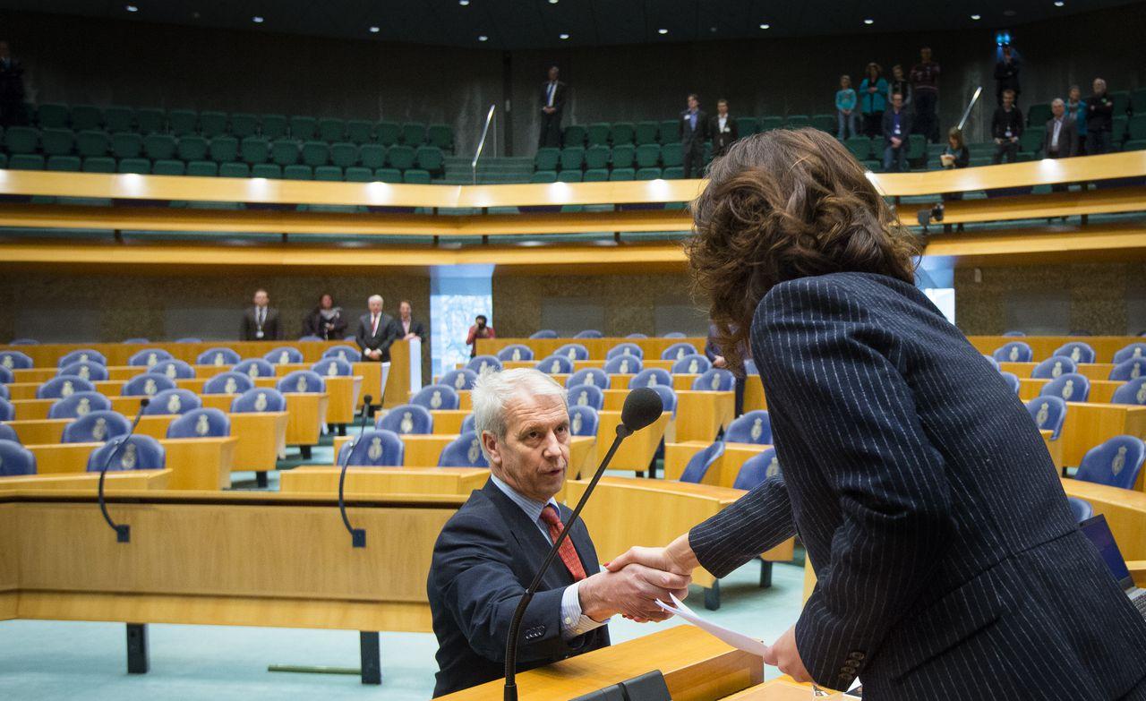 Kamerlid Johan Houwers tijdens zijn beëdiging door Kamervoorzitter Anouchka van Miltenburg. Houwers vormt de zestiende fractie in de Kamer.