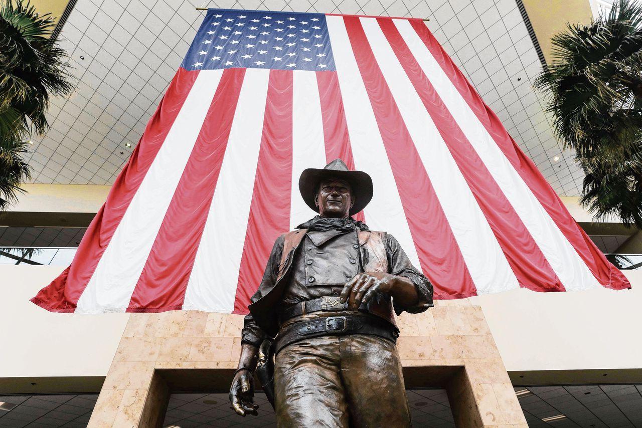 Beeld van John Wayne, dat volgens tegenstanders moet verdwijnen omdat de filmster racistische opmerkingen zou hebben gemaakt.