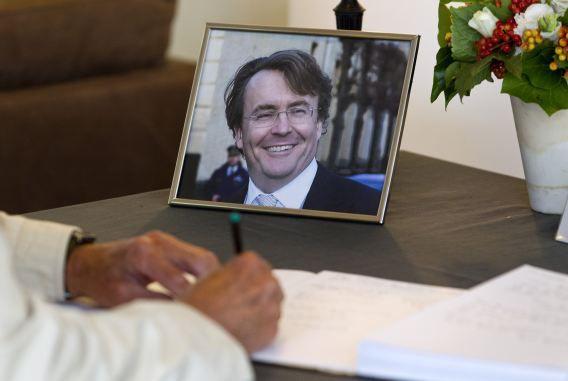 Een belangstellende tekent het condoleanceregister voor prins Johan Friso in het gemeentehuis van Baarn, een dag na zijn overlijden.