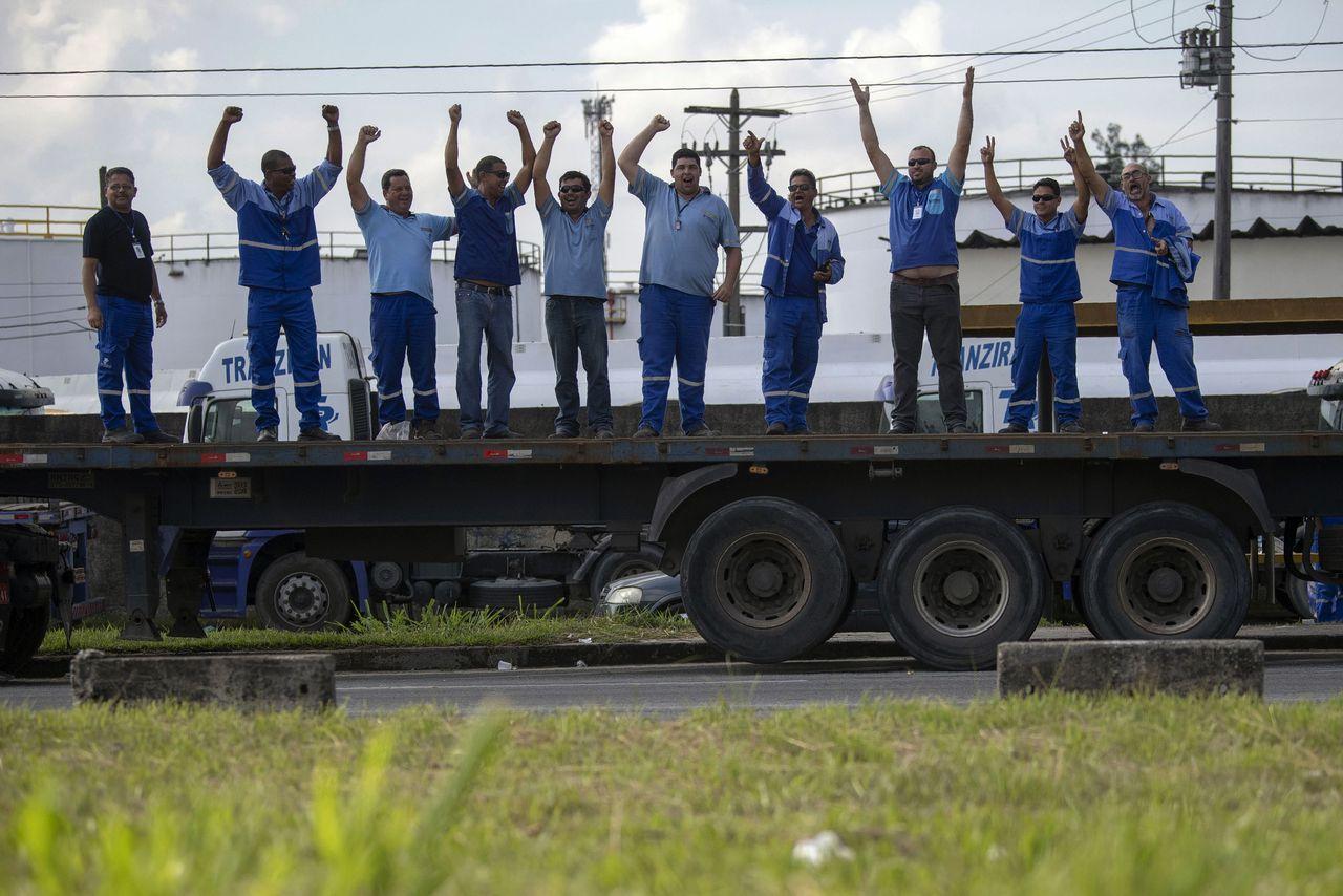 Vrachtwagenchauffeurs bij de blokkade op de autoweg Washington Luiz, vlakbij Rio de Janeiro.