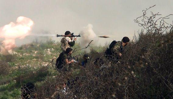 Op deze foto, die gisteren werd genomen, zijn Syrische rebellen te zien die raketten afvuren naar soldaten van het regime van president Assad in Khanasser, langs de enige weg die Aleppo met Hama in centraal-Syrië verbindt.
