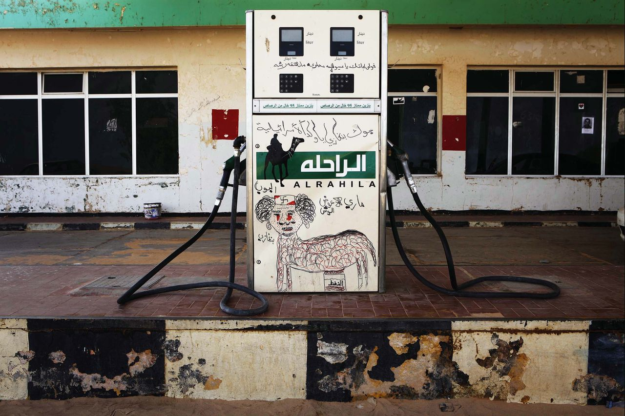 A fuel pump is defaced with a graffiti caricature of Muammar Gaddafi in the rebel-held town of Ajdabiyah March 31, 2011. Rebels massed outside Brega on Thursday and said their forces were still fighting Muammar Gaddafi's troops for control of the east Libya oil town. Some rebels had fallen back as far as Ajdabiyah, the gateway to the east. REUTERS/Finbarr O'Reilly (LIBYA - Tags: CONFLICT CIVIL UNREST POLITICS ENERGY IMAGES OF THE DAY)