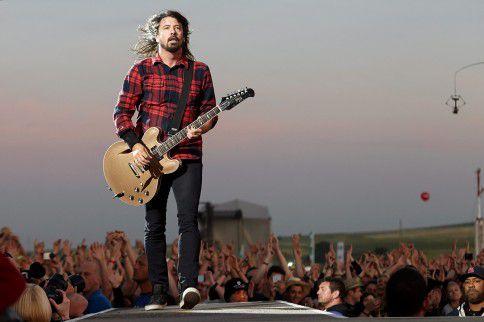 Hier loopt Foo Fighters-frontman Dave Grohl nog over hun catwalk tijdens het Duitse Rock am Ring-festival.