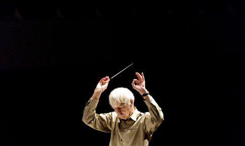 Dirigent, pianist en componist Reinbert de Leeuw tijdens een repetitie met het Residentieorkest.