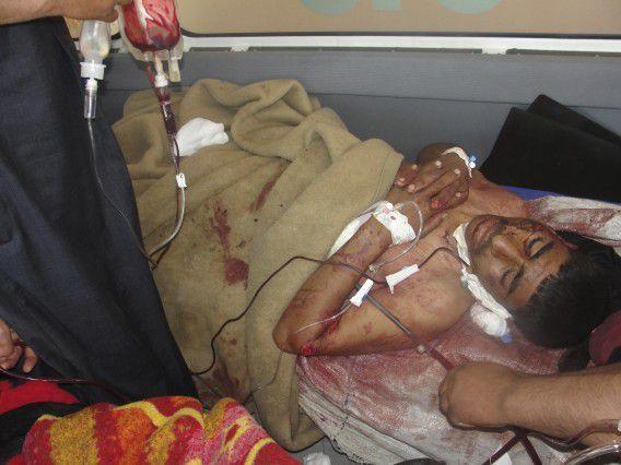 Een gewonde man ligt in een ziekenhuisbed, nadat hij gewond is geraakt bij de inval.