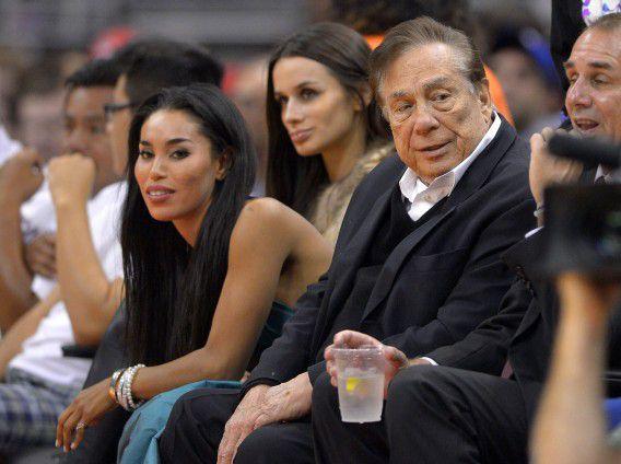 Een foto gemaakt op 25 oktober 2013. Rechts Los Angeles Clippers-eigenaar Donald Sterling, links de vrouw met wie hij in de audio-opnames zou praten, vriendin V. Stiviano.