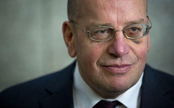 De oppositie wil opheldering van staatssecretaris Teeven (VVD, Justitie) over de dood van de Armeense asielzoeker.