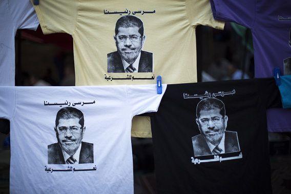 T-shirts met daarop het gezicht van Mohammed Morsi zijn te koop in Nasr City, waar demonstranten dagelijks bijeenkomen op hem te steunen.