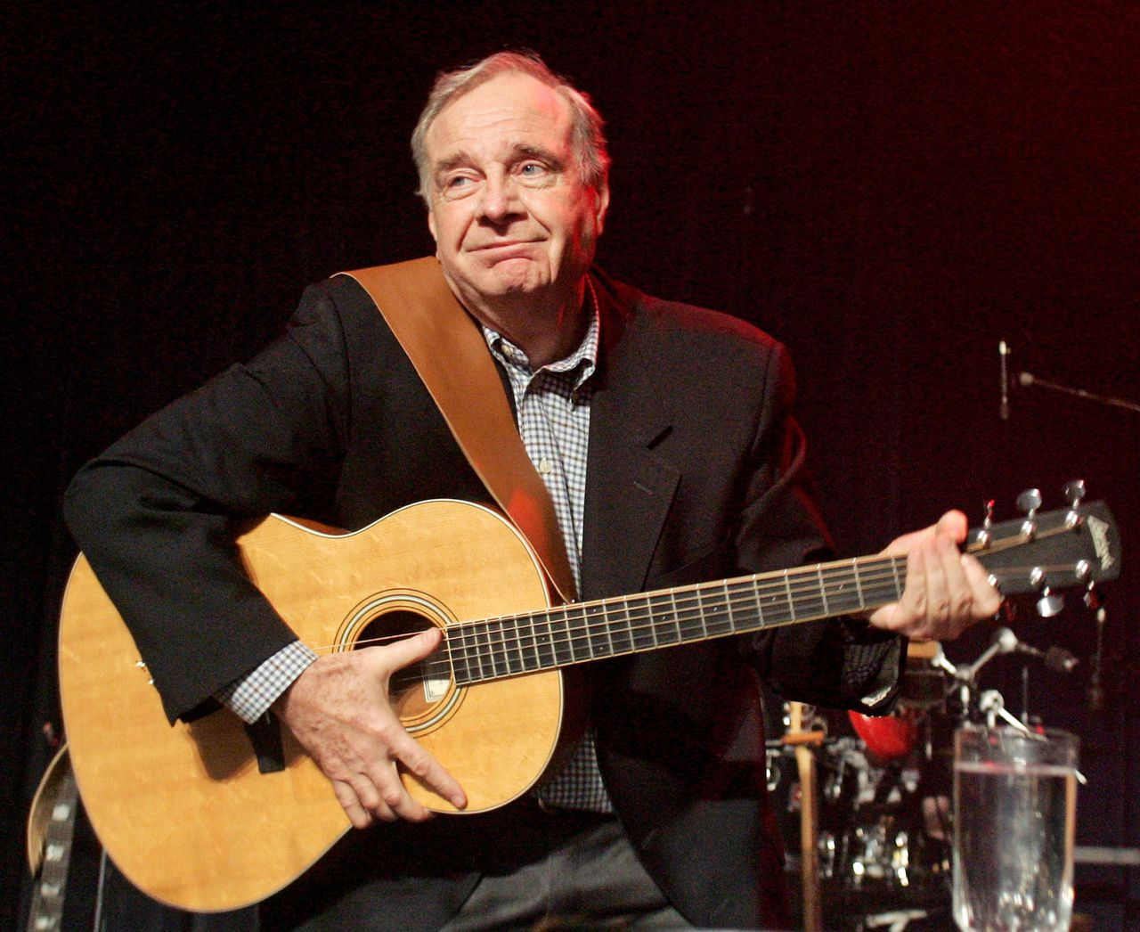 Liberal leader and Canada's Prime Minister Paul Martin plays the guitar at the Centre Culturel Franco-Manitobain in Winnipeg, Manitoba January 21, 2006. Martin accused Conservative leader Stephen Harper of being a clone of the U.S. extreme right on Saturday, but polls showed Harper on track to defeat him in Monday's election. Canadians will head to the polls in a federal election January 23. REUTERS/Chris Wattie Premier Paul Martin, zaterdag op verkiezingstournee. (Foto Reuters)