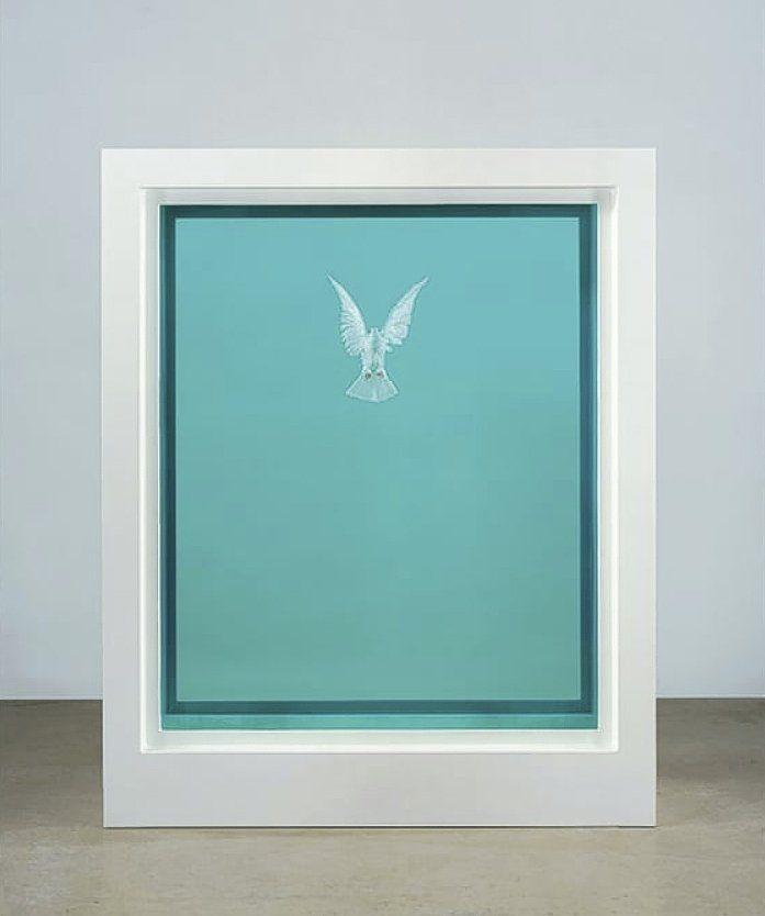 Damien Hirst: The Incomplete Truth (2006). Glas, rvs, formaldehyde en een duif, 222×176×74 cm. 1.100.000-1.600.000 euro