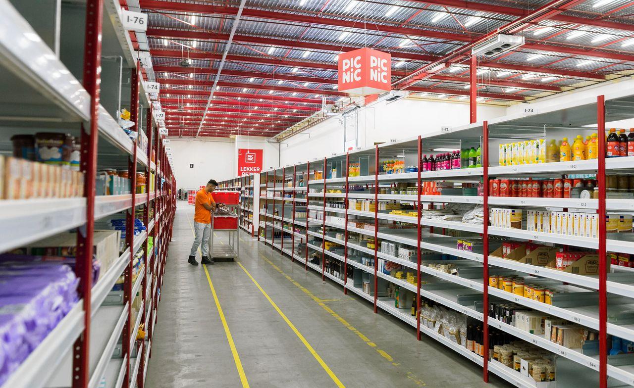 Vakbond FNV eist dat het bedrijf zich schikt naar de supermarkt-cao en zijn personeel meer gaat betalen. Vrijdag wordt de zaak behandeld.