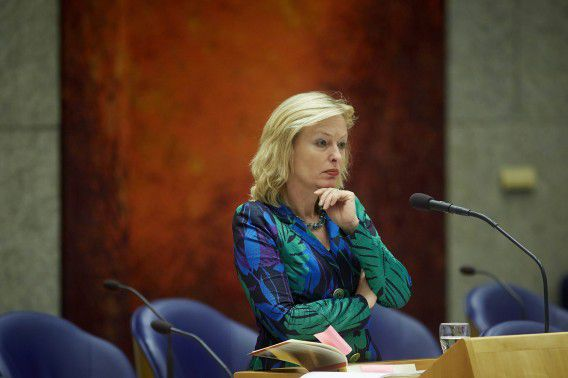 Minister Bussemaker ziet geen reden om de reiskostenvergoeding voor muzikanten aan te passen. De VVD had eerder vandaag kritiek op de regeling waardoor een artiest als Caro Emerald subsidie krijgt.