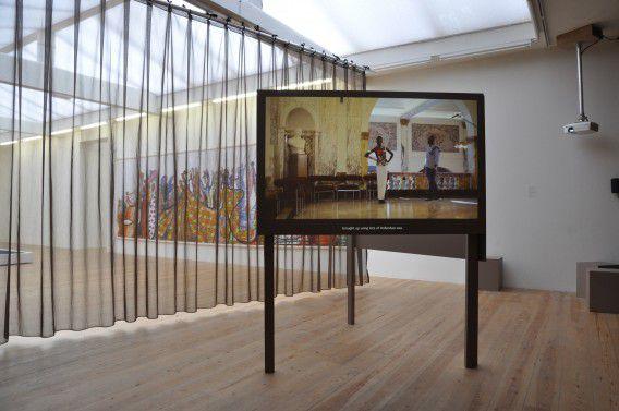 De installatie La Javanaise van Wendelien van Oldenborgh in Stedelijk Museum Bureau Amsterdam, 2012.