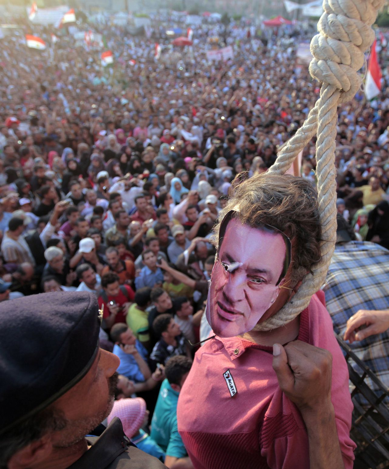 A protester acting as deposed leader Hosni Mubarak is pictured with a noose around his neck during a mock trial at Tahrir square in Cairo June 8, 2012. Hundreds of activists gathered in Cairo's Tahrir Square on Friday to demonstrate against presidential candidate Ahmed Shafik ahead of a run-off vote, saying they did not want to be ruled by another former military man. REUTERS/Mohamed Abd El Ghany (EGYPT - Tags: CIVIL UNREST POLITICS ELECTIONS)