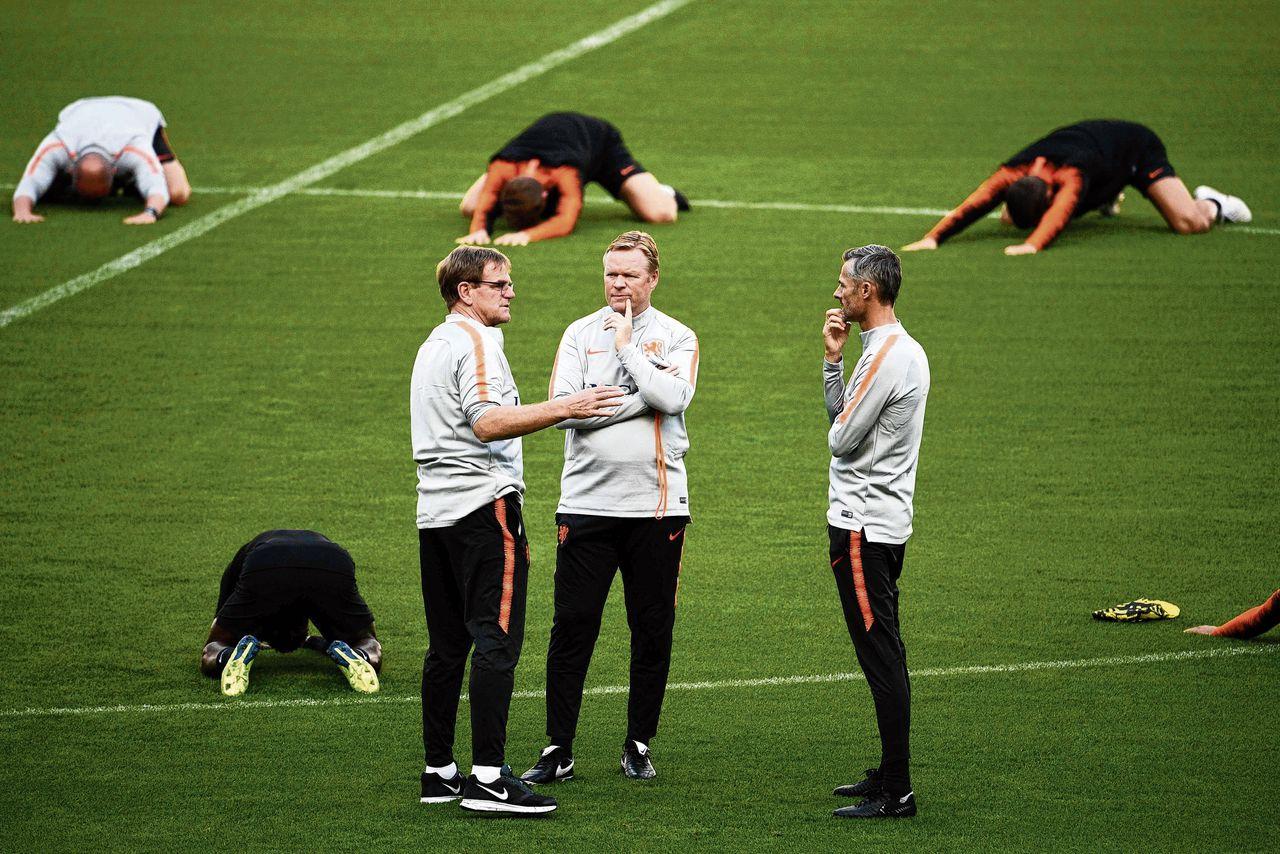 Onder Ronald Koeman (vooraan, tweede van links) speelt Nederland voor het eerst sinds het WK van 2014 weer vertrouwenwekkend.