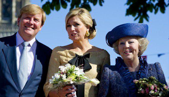 RHENEN - Prins Willem-Alexander, prinses Maxima en koningin Beatrix tijdens Koninginnedag in Rhenen. De koninklijke familie viert de nationale feestdag dit jaar in Rhenen en Veenendaal. ANP ROYAL IMAGES ROBIN UTRECHT