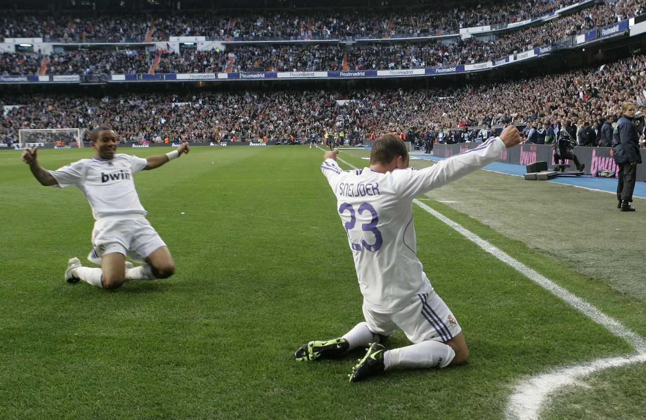 Wesley Sneijder laat zich toejuichen na zijn winnende treffer. Foto AP Real Madrid's Wesley Sneijder from the Netherlands, right, reacts after scoring a goal, along with fellow team member Marcelo from Brazil, during their Spanish League soccer match between Real Madrid and Real Murcia at the Bernabeu stadium in Madrid, Sunday, April 13, 2008. (AP Photo/Victor R. Caivano)