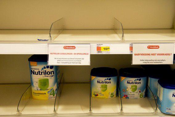 Door de grote vraag is er in de schappen soms bijna geen babymelkpoeder meer te vinden. Bij veel winkels, zoals hier bij Kruidvat, geldt een limiet van maximaal drie stuks per klant.